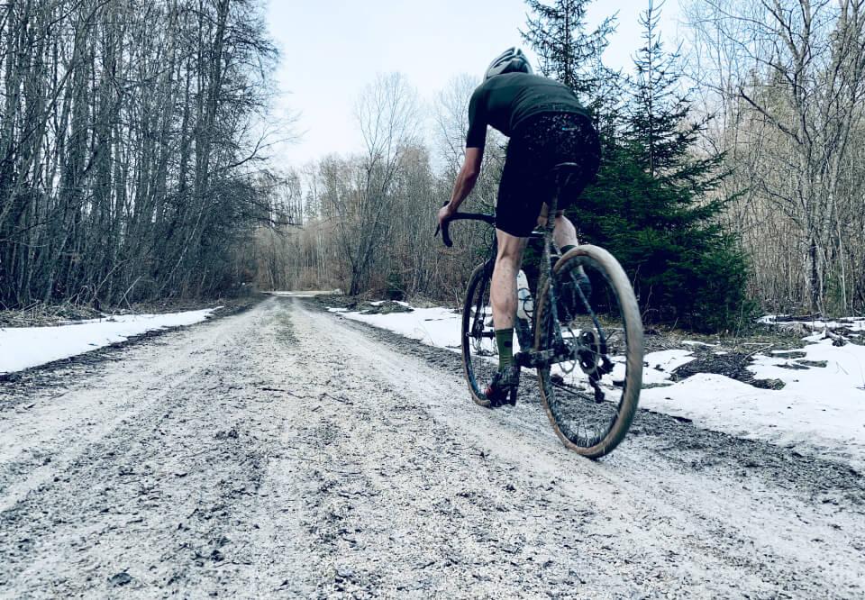 Der ezero im Einsatz: Radfahrer im Schnee von hinten mit Matsch bespritzt.