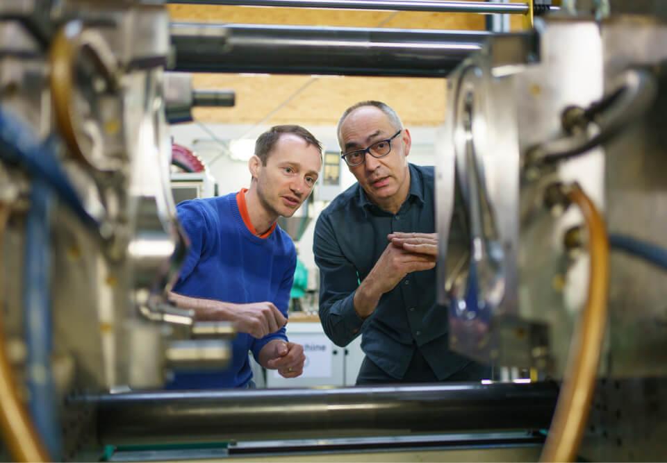 Andreas im Gespräch mit einem Kollegen aus der italienischen Spritzgussfabrik.