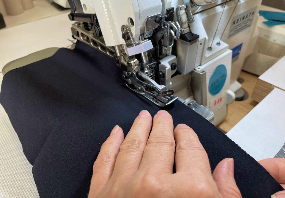 Herstellung in Handarbeit: Hand an der Nähmaschine.
